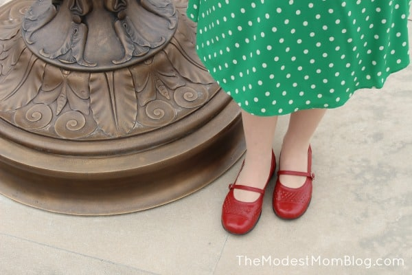 Red Mary Jane style shoes to finish out this vintage looking outfit! | themodestmomblog.com
