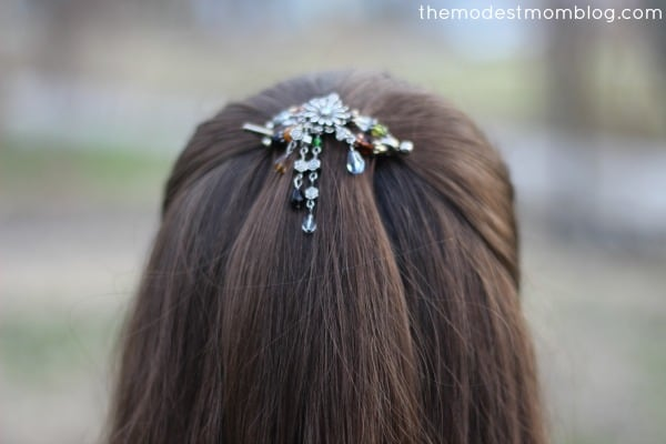 Freestyle Flexi Clip for an easy way to pull back your hair!   themodestmomblog.com