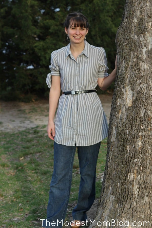 Wearing a tunic with a pair of jeans adds a longer layer for modesty. | themodestmomblog.com